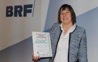 Die Gewinnerin der Reise: Erika Vandevandel mit der Urkunde aus dem Jahr 2002.
