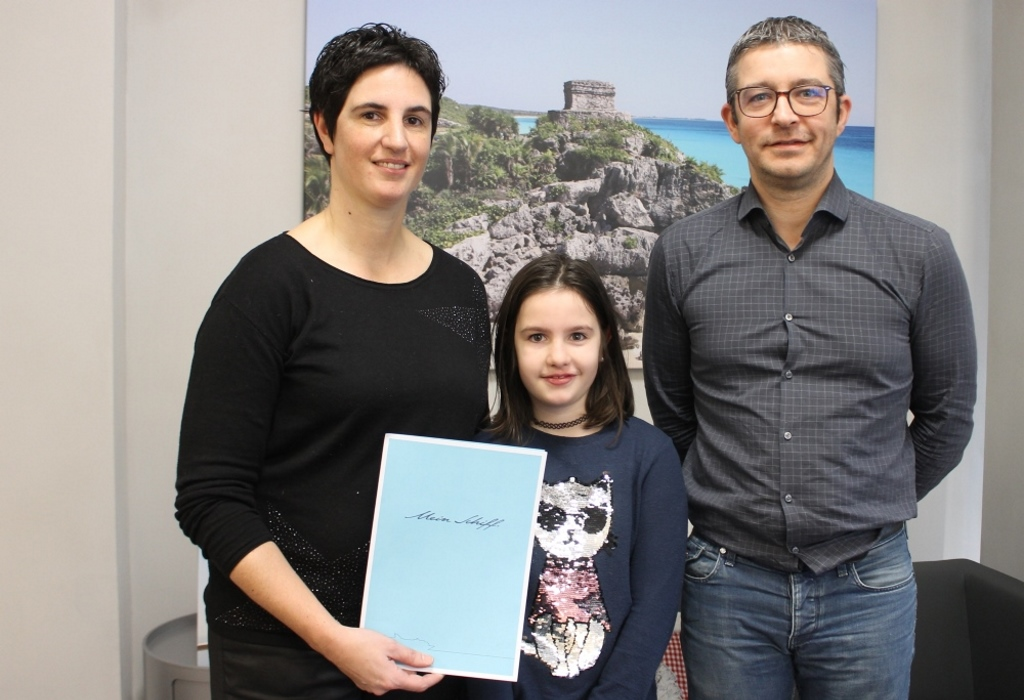 Silvesteraktion Gewinnerin Beatrice mit Tochter Sienna und David Bocher, Geschäftsführer von Orion Reisen (Foto: Reante Ducomble, BRF)